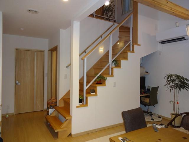 階段は奥様のお気に入り♪階段下を有効活用した書斎スペース