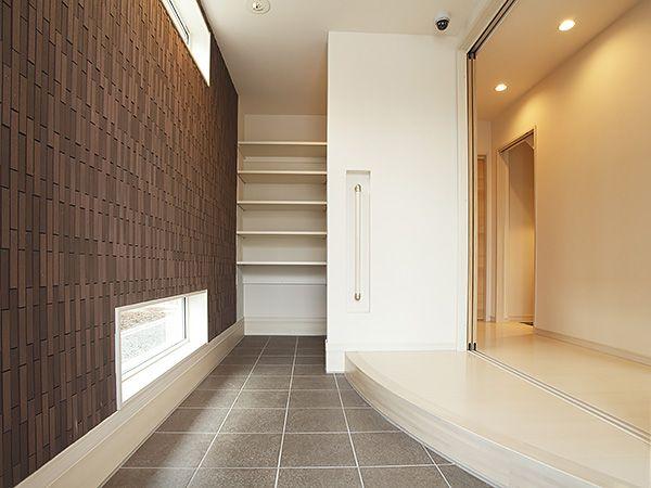 たくさんのものを、しっかりしまえる機能的な玄関スペース。曲線をあしらった玄関框も印象的です。