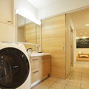 玄関・LDK・洗面所をぐるっと一周できる動線は、家事に忙しいママの強い味方。