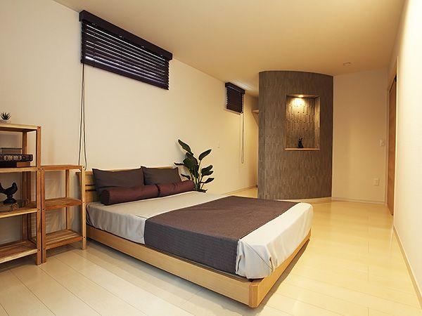 リゾートホテルを思わせる、ゆったりとしたベッドルーム。壁の曲線を活かしたウォークインクローゼットも印象的です。
