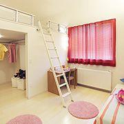 子ども部屋は、整理整頓・掃除などの自己管理を学ぶ大切な空間。専用の収納を設けることで片付けの習慣も身に付き、自立を育みます。