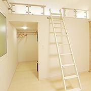 子ども部屋に設けられたロフトスペース。収納としてだけでなく、お子さんの創造性を育む空間としても活躍します。