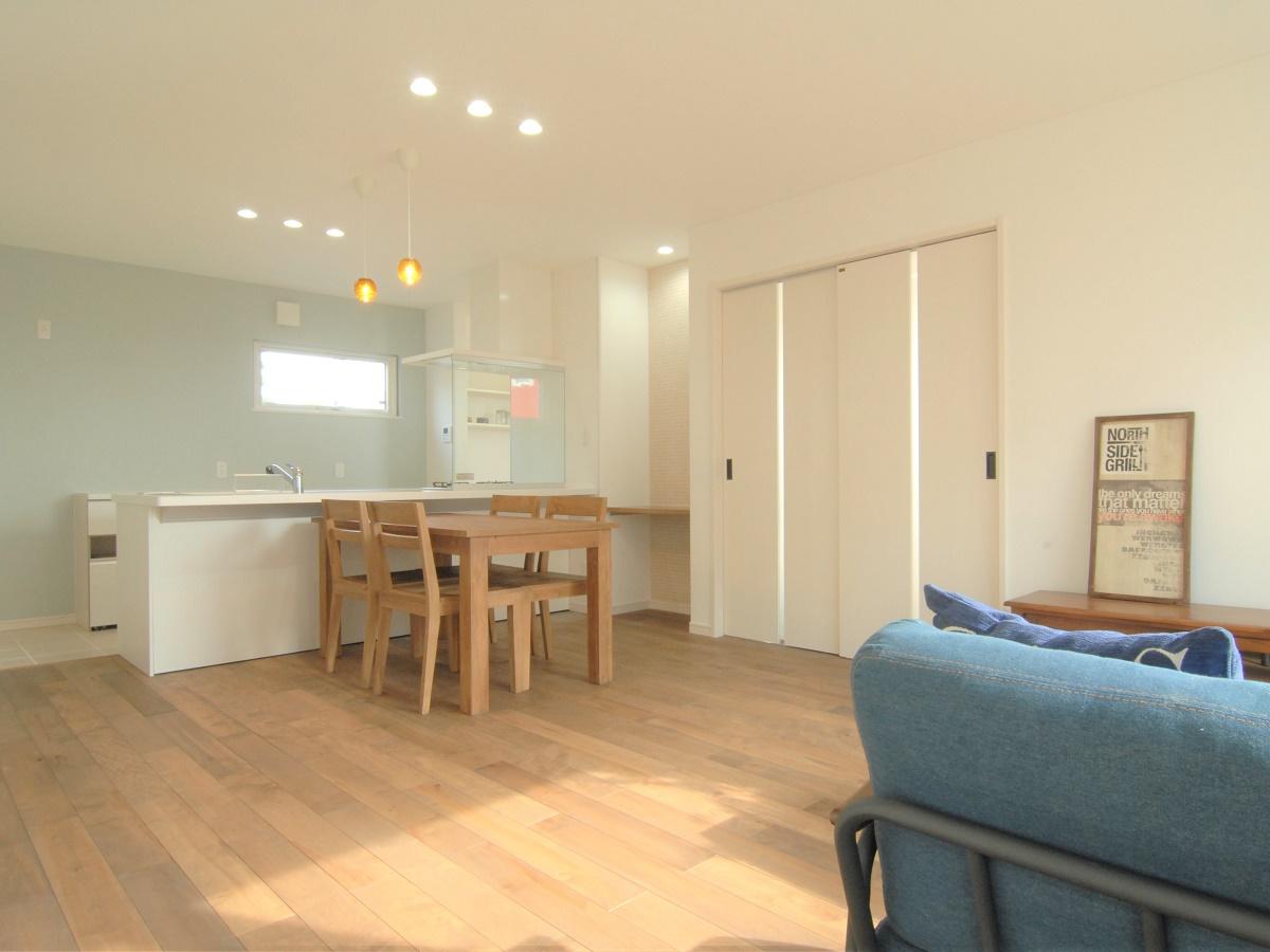 ユニバーサルホームオリジナルの無垢フローリングを使ったLDK。住む年月とともに味が出てくる空間です。