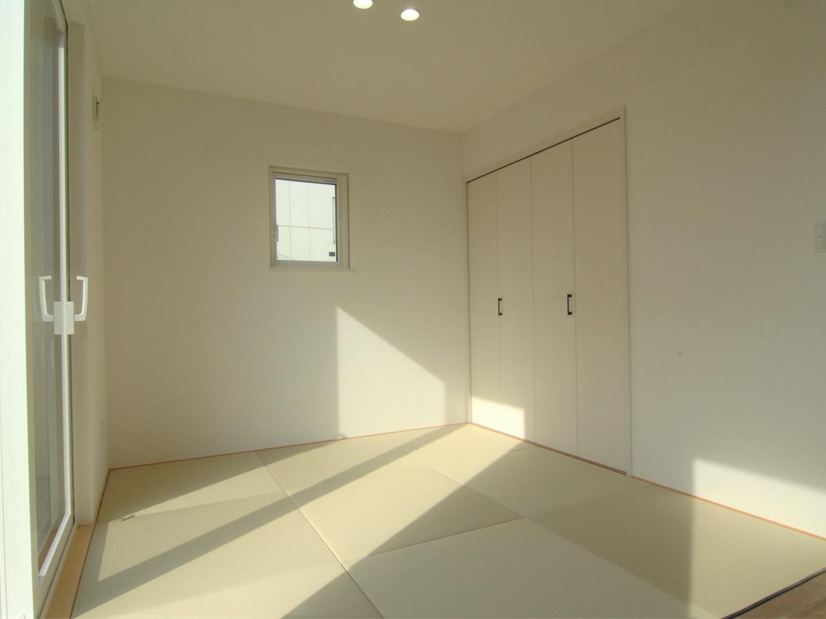 和室はあえて仕切りを設けずリビングと続き間にすることで広さを感じられます。