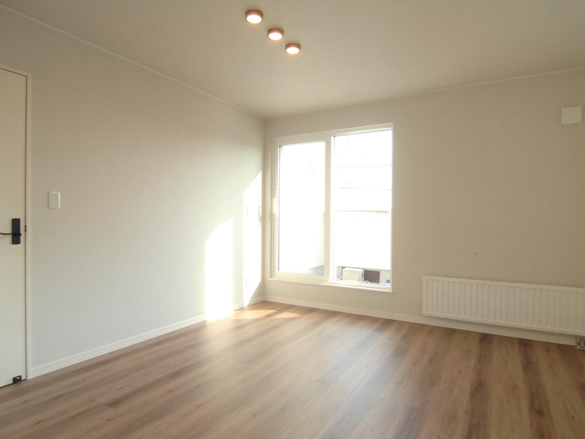 バルコニーへ出ることが出来る寝室。ウォークインクローゼットと書斎スペースも設置しています。