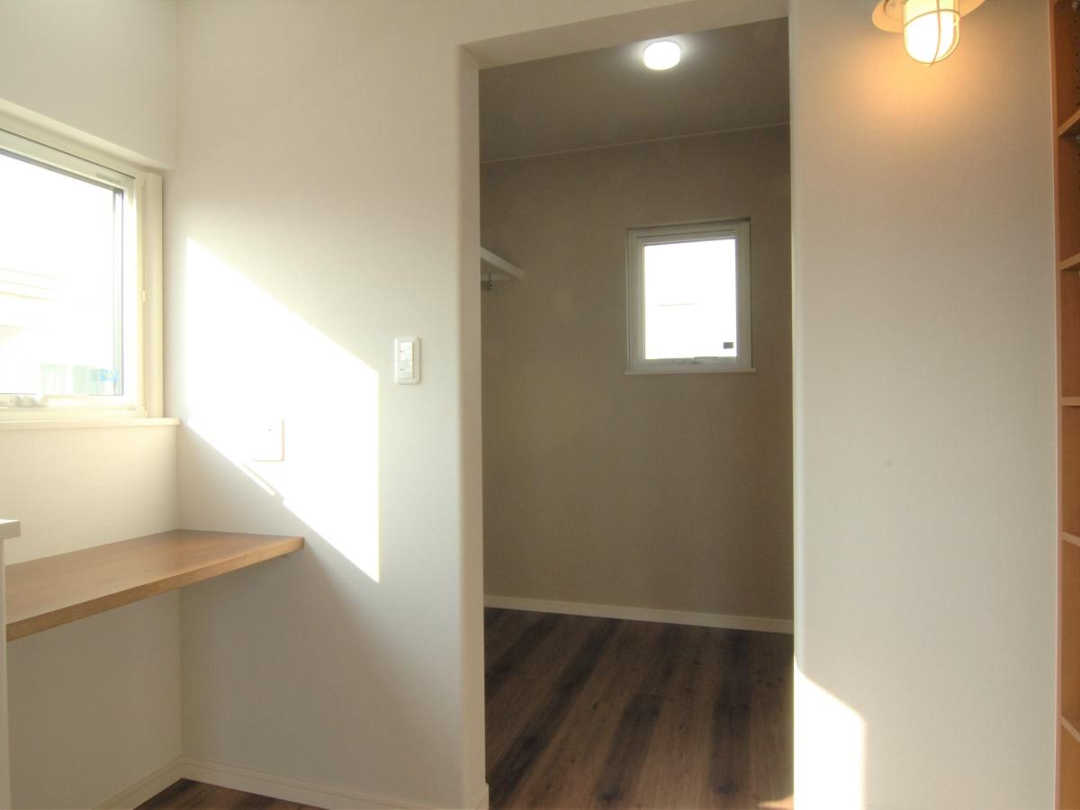 寝室とウォークインクローゼットの間には書斎スペースと本棚を作りました。