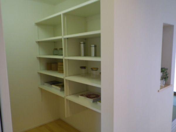 収納力抜群のパントリーがあれば、たくさん買い物をした時でもキッチンはスッキリ!机をおいてユーティリティーとしても使えます。