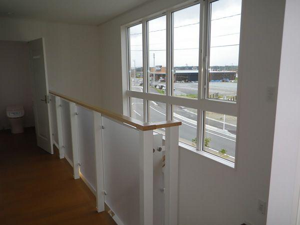 北向きの廊下は暗くなりがちですが、大きい窓と透明感のある階段手摺で明るく開放的です。