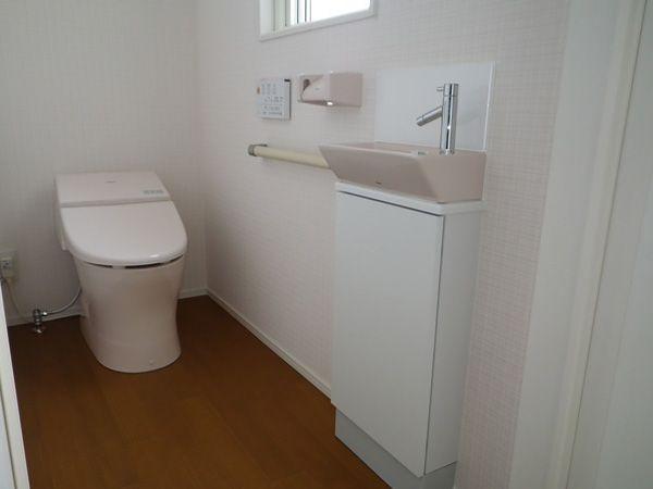 2階のトイレはお客様があまり入らない空間。思い切りレイアウトを変えてもいいスペースです。ピンクでかわいくセレブレティに仕上げました。