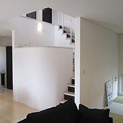 曲線のある壁を設けた広がりのある空間設計。