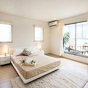 光あふれるゆとりとやすらぎの寝室。増えてしまいがちなモノもたっぷり収納できるウォークインクローゼットもあります。