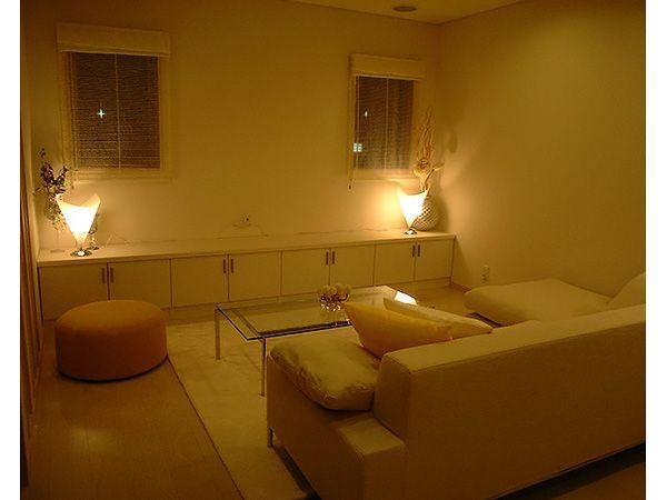 メイン照明を落とし、間接照明のみのリビング。睡眠前の安らぎの時間を演出してくれます。