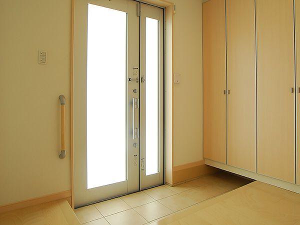 壁一面にシュークロークを備え、玄関ドアからは自然光が入ってきます。すっきりとした印象の玄関となっています。