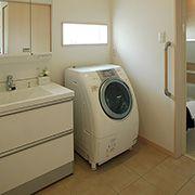 家事動線に配慮したキッチン脇の洗面所。1階全室床暖房なので、入浴後のヒートショックを防げます。