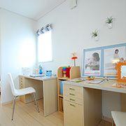 子供室同士をゆるやかにつなぐ空間。一緒に勉強をしたり、収納として活用したり、成長とともに使い方の工夫ができる間取りです。