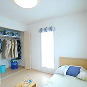 メインカラーをブルーに統一した5.4帖の子供室。大きなクローゼットを活用し、お部屋の中をすっきり保ことができます。