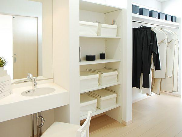 主寝室に隣接する大型クローゼットとパウダールーム。身支度動線もすっきりし、お部屋も広く使えます。