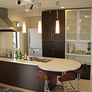 ダイニングテーブル一体型のキッチン。お料理を作るのも片付けるのも、みんなでわいわい楽しめます。