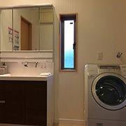 W=900の洗面化粧台。三面鏡の後ろはたっぷりの収納スペース。