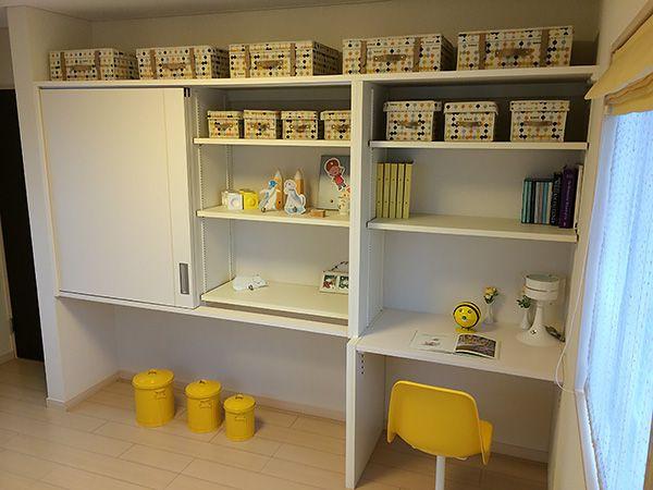 壁際に作りつけ収納を設置。好きなものや学校で使うものをお子様の好きなようにディスプレイできます。