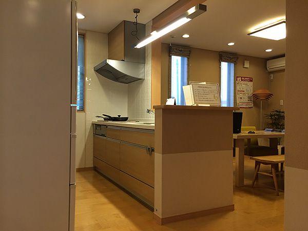 料理をしながらテレビを見たり、会話もできる対面式キッチン。