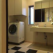 子世帯の洗面室。