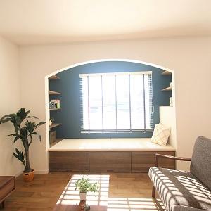 陽だまりのヌックスペース。ソファとして使うもよし、本棚としても使うもよし、家族団らんのスペースです。
