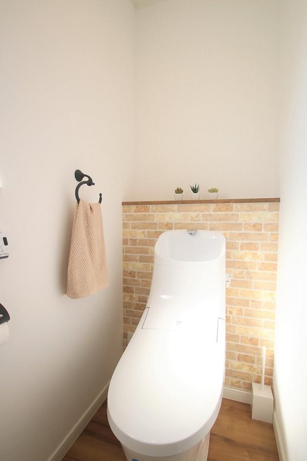 アイアンのタオル掛けやトイレットぺーパーホルダーを使ってトイレもおしゃれに。