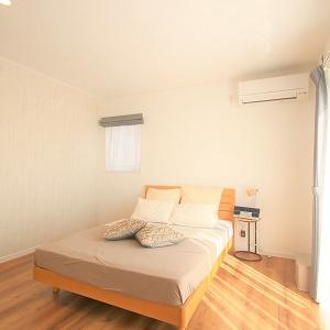 落ち着いたベッドルームは一日の疲れを癒すくつろぎの空間です。