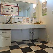 洗面所の床にもタイルを使用。入浴時の脱衣場も兼ねる為、寒い冬でも床暖であったか。ヒートショックを防ぎます。