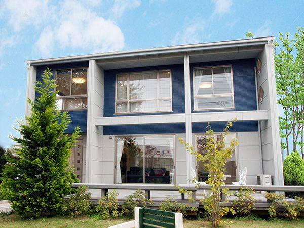 明るい陽光をひとりじめできる大開口のファサード。コンクリート調の外壁とアクセントカラーが印象的なデザインです。