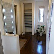 間口の広い玄関ホール。可動式の収納を設置することで、背の高い靴などの収納もラクラク出来ます。
