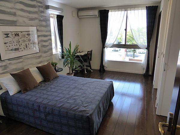 ご夫婦の寝室に大容量のクローゼットを隣接させ、ゆったりとした空間となるよう配慮。洋服や小物などスッキリ収納できるので空間はいつも広々です。
