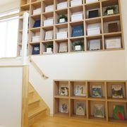 図書館のように本を並べたり、お気に入りのおもちゃを置いたりできる場所を設けました。お子さんの想像力を育みます。