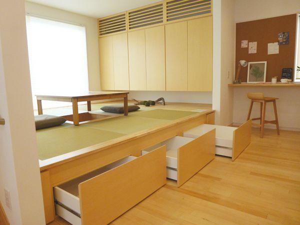 キッチンの向かいには、小さなお子さんを昼寝させたりできる和室を設けました。床下部分は収納となっている為、お部屋はスッキリ片付きます。