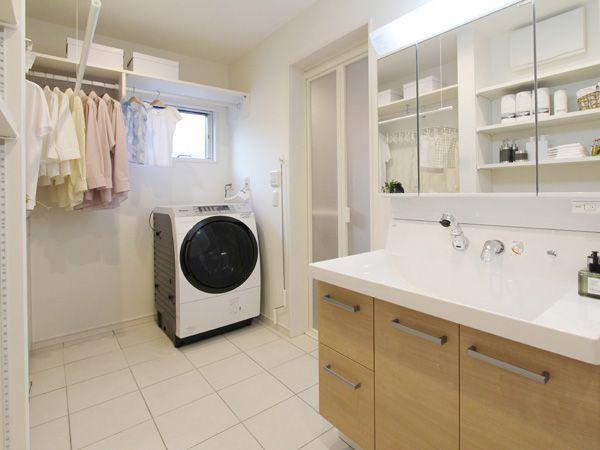 広めの洗面所には大容量の収納を確保。たっぷりしまえてゆったり使える、とっても便利なリネンスペースです。
