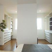 主寝室には、ドレッサーを書斎もあるママ・パパ別々のクローゼットを設けました。個人の趣味やこだわりも大切にできる空間設計です。