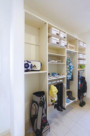 たくさんの靴やベビーカーもしっかり収納できるシューズインクロークがあれば、いつもスッキリした玄関でお客様をお迎えできます。