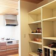 収納力バツグンのパントリーがあればたくさん買い物をしたときでもキッチンはいつでもスッキリ。急な来客も安心です。