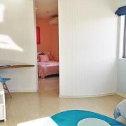 小さいときは子ども部屋の間仕切りをなくしてオープンな空間にすることで「こもる部屋」にしない工夫を。