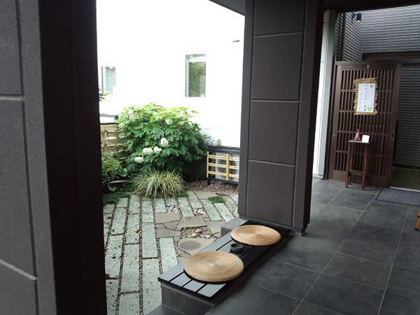 庭に面したテラス空間は夫婦のくつろぎの時間を過ごしたり、友人とのティータイムも楽しめます。