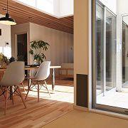 DKと和室に面した半外空間は家族の動きが感じられるだけでなく室内に光と風をたっぷり取り込むことができます。