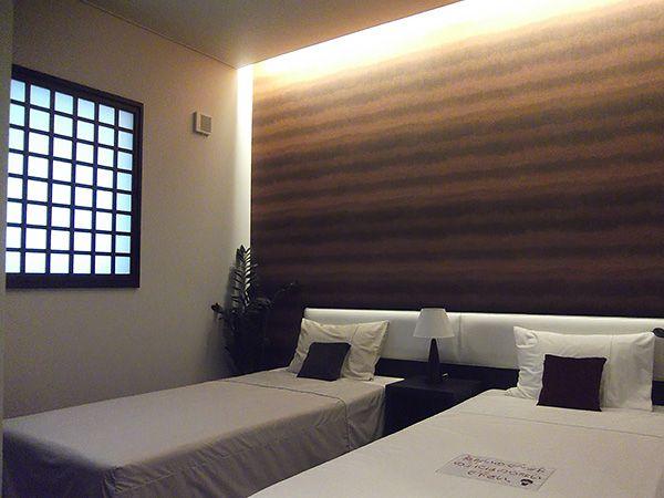 落ち着きある寝室。間接照明が演出します。