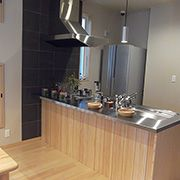 空間全体を見渡せるこだわりのキッチンスペースです。