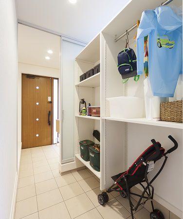 ベビーカーやキャンプ道具!玄関と土間つづきなので出し入れや掃除も簡単♪棚を調整すれば何でも収納OK!