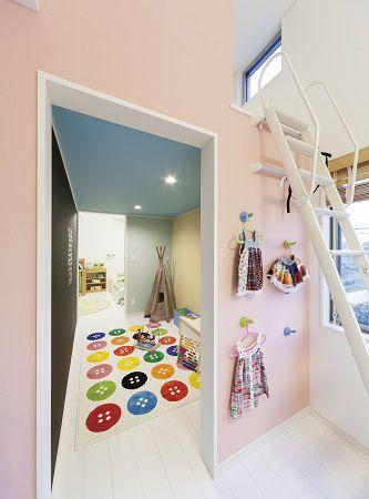 2つある子供部屋の間にはプレイスペース。小さい時は遊び場所として大きくなったら壁を設けてクローゼットに大変身。将来を見据えての間取りです。