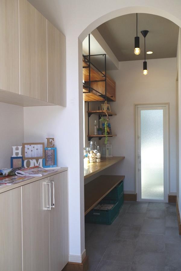 玄関からクローク~パントリー~キッチンへと続く動線は、使いやすさに配慮しママの家事の負担を軽減してくれます。