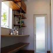 シンプルな外観に添えた、中がちょっぴり見えるおしゃれなショーウインドウのような窓で、ステキなお家がアピールできます。
