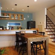 ママのいるキッチンは、LDK全体を見渡せます。食事をするだけではなく、いつも家族のコミュニケーションの中心にあるのがダイニングです。