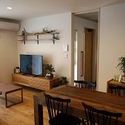 家族の集まるリビングは、無垢フローリング床暖房が感じられるゆったり空間。南面に大きく取った掃出し窓から、ウッドデッキすぐ出られます。